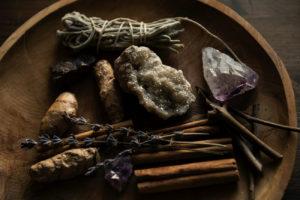Räucherwerk, Kräuter und Kristalle
