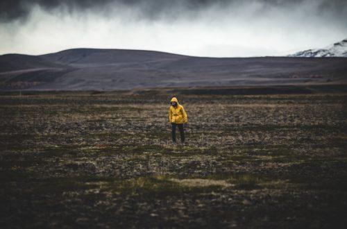 Wanderer mit gelber Regenjacke